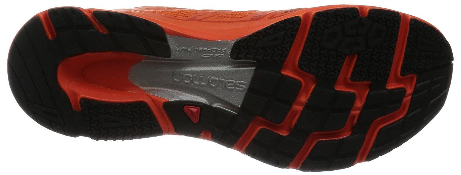 the outsole of the Salomon Sonic Pro is very flexible thanks to its deep flex groove and numerous flex grooves cut throughout