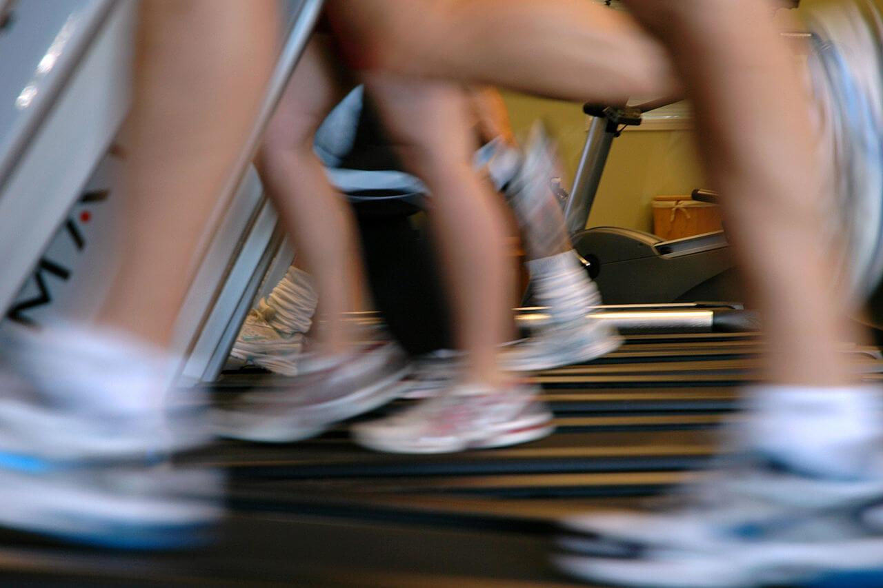 1280px-running-on-treadmills-motion-blur
