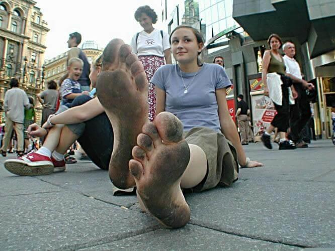 https://upload.wikimedia.org/wikipedia/commons/6/68/Barefoot_in_Berlin.JPG