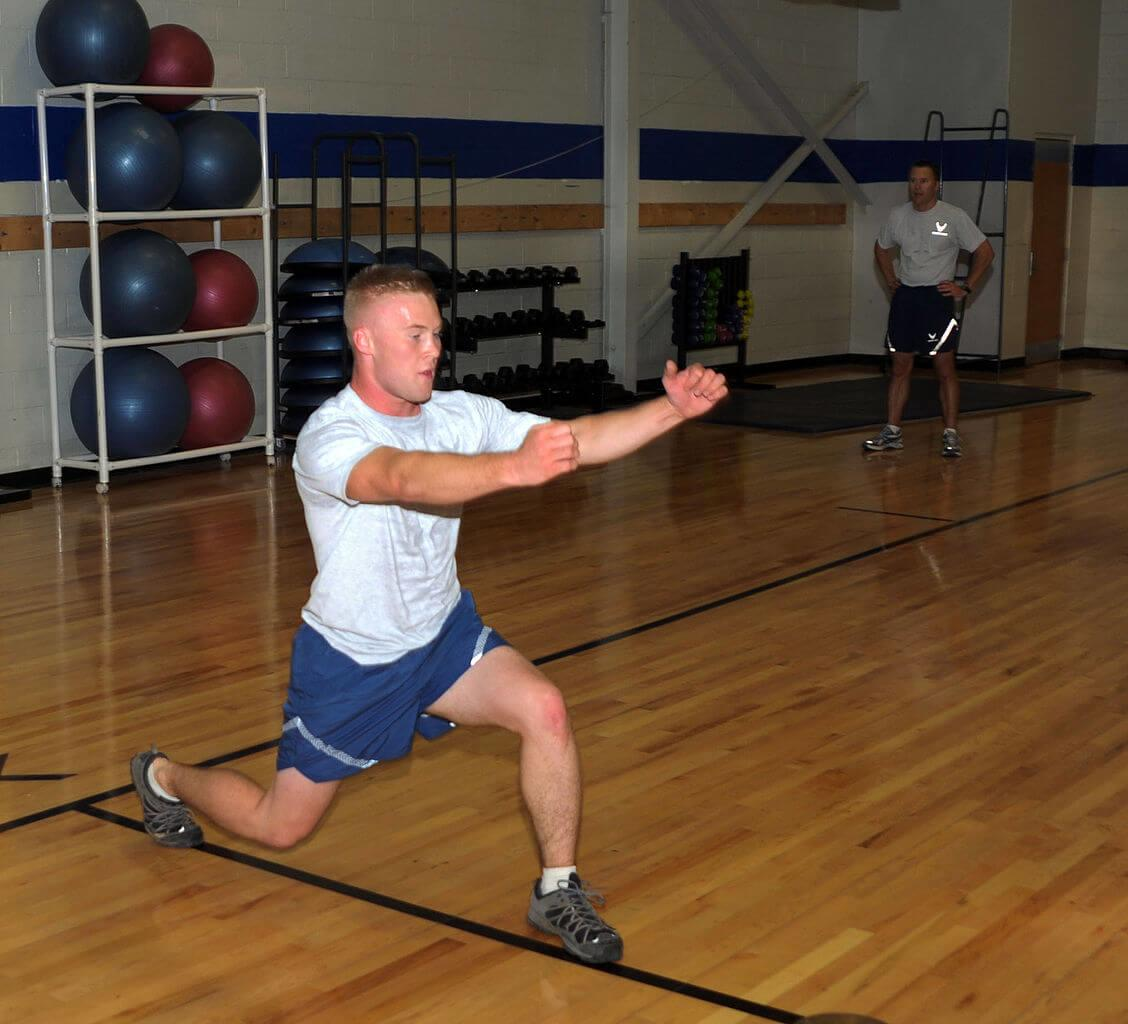 man-performing-lunges-runners-guide-to-it-band-syndrome