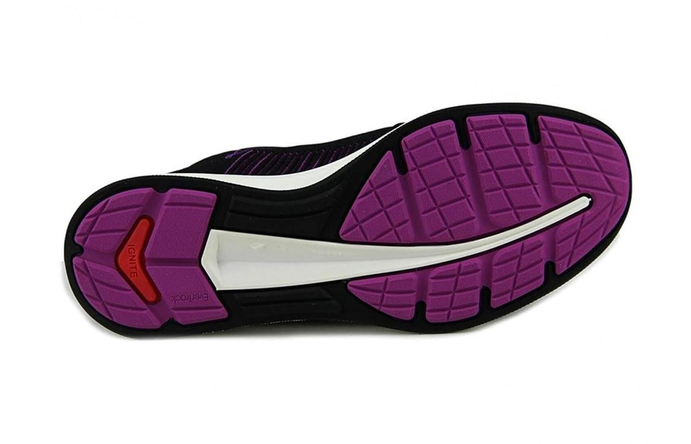 The outsole featured flex grooves that improve the flexibility of the shoe