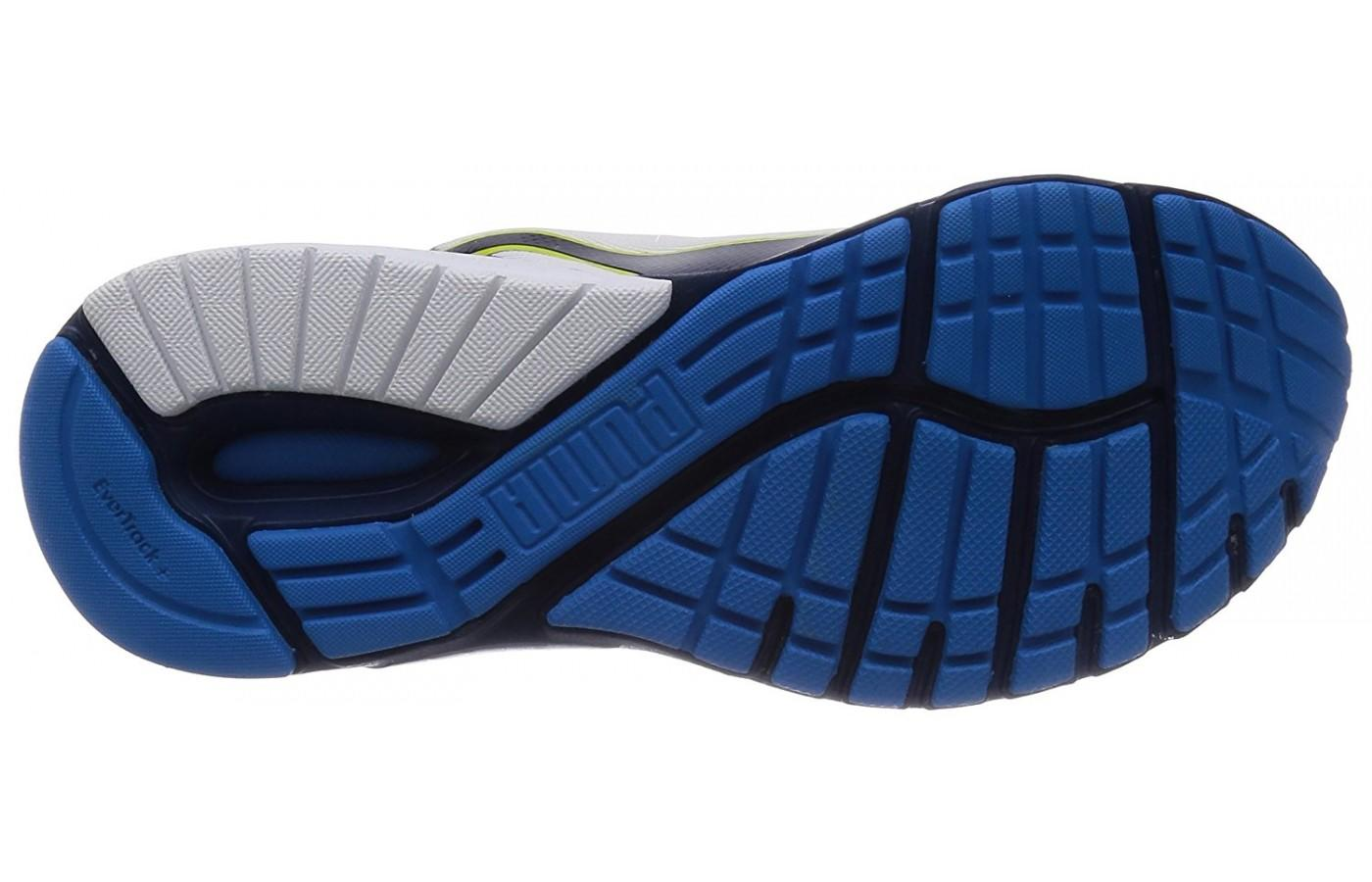 The flex grooves of the underfoot add traction and durability.