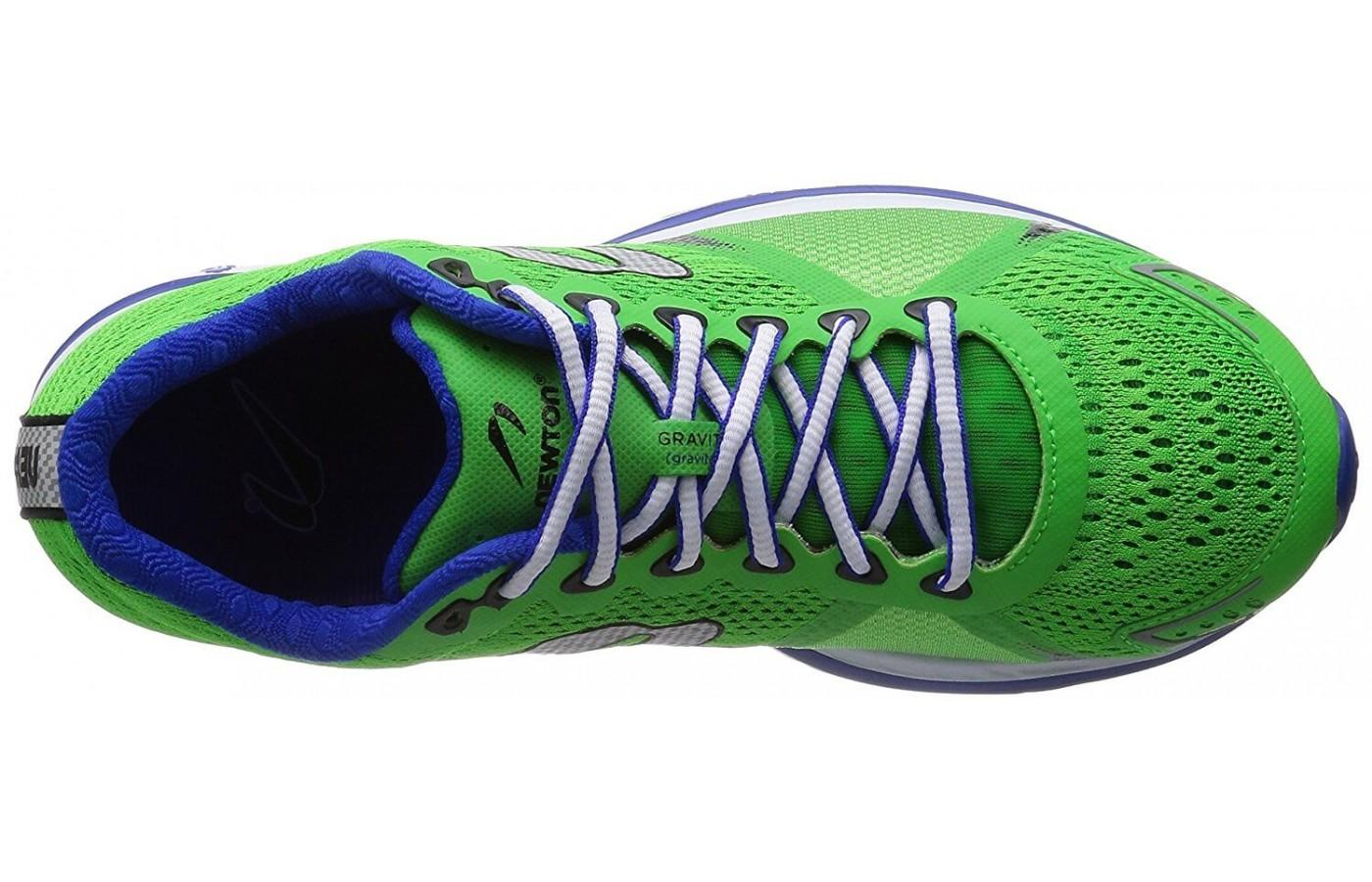 The traditional lacing system keeps the foot secure