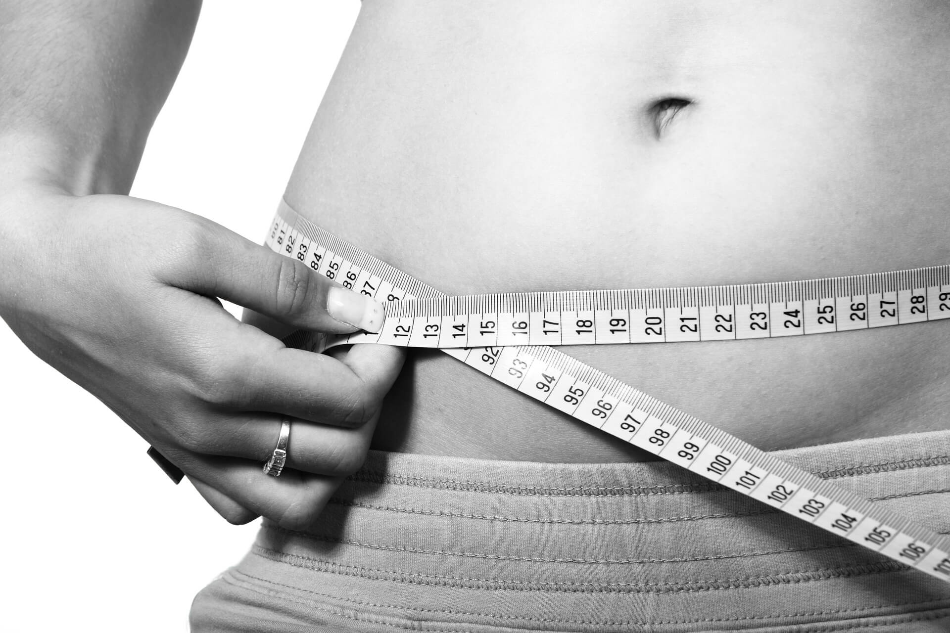 a woman measuring her stomach circumference
